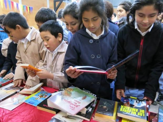 Niños disfrutando de libros